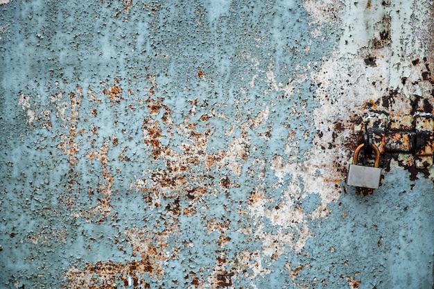 南京錠で古いさびたドア