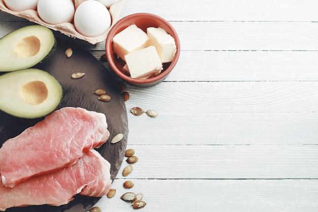 Концепция кетогенной диеты, диетическое питание на светлом столе