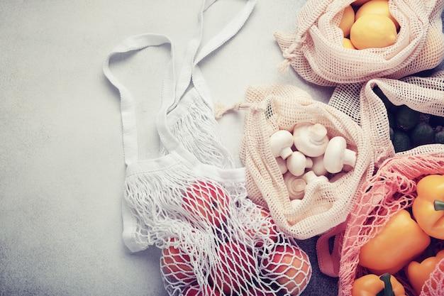 Свежие овощи и фрукты в эко сумках. ноль отходов покупок