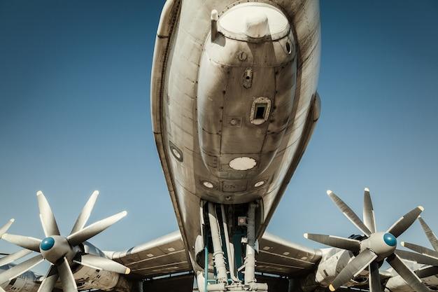 古い飛行機の断片。翼のエンジン