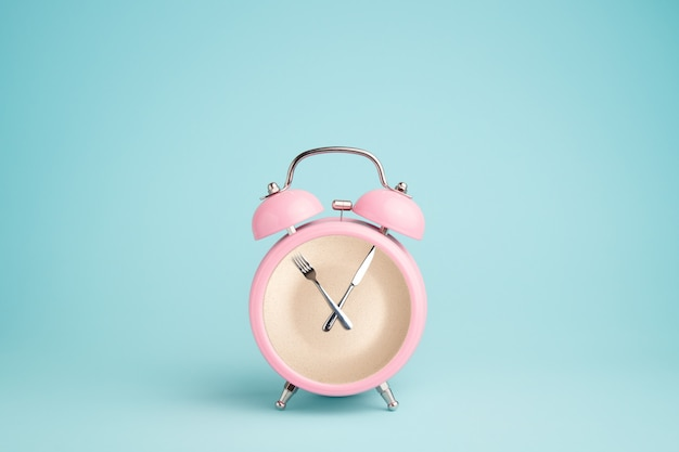 ピンクの目覚まし時計の内側のプレート。