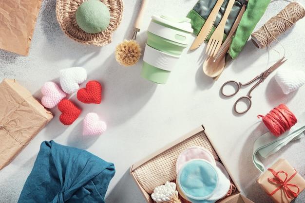Набор эко подарков, разложенных на столе. ноль отходов подарки завернутые в бумагу и ткань.