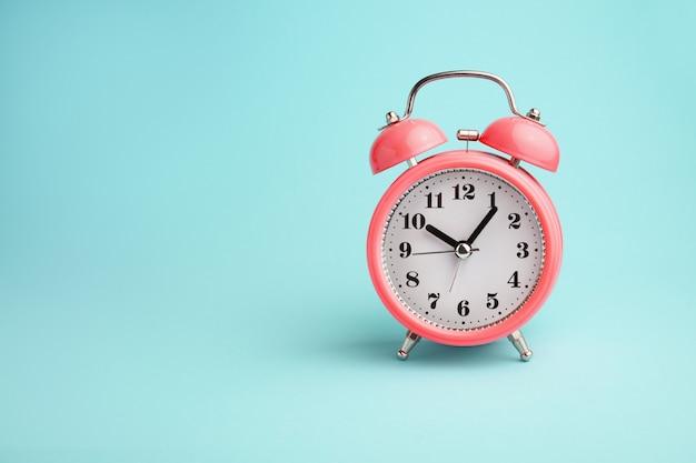 青に赤の目覚まし時計