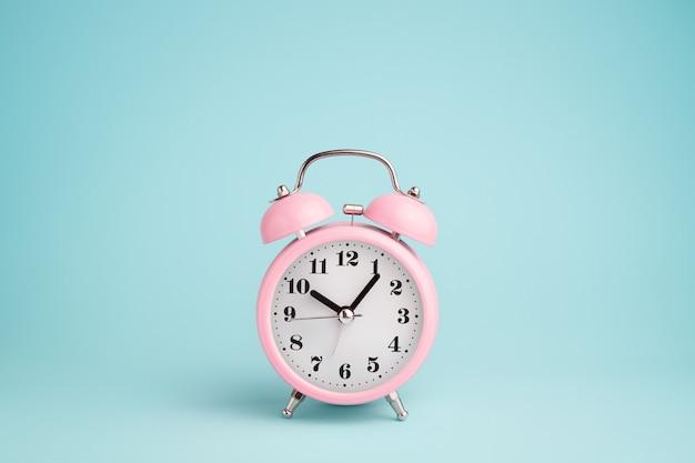 青にピンクの目覚まし時計