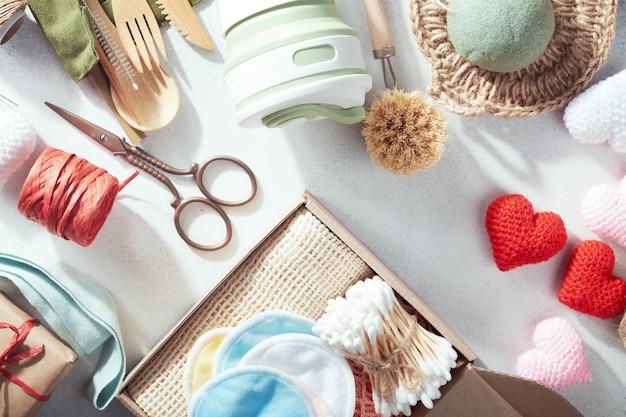 Набор эко подарков, разложенных на столе
