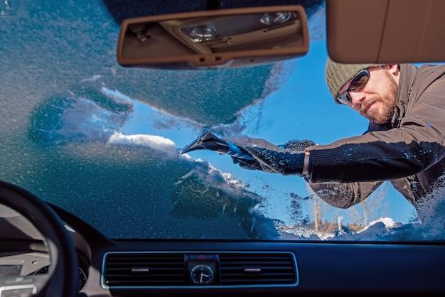 雪から車を掃除する