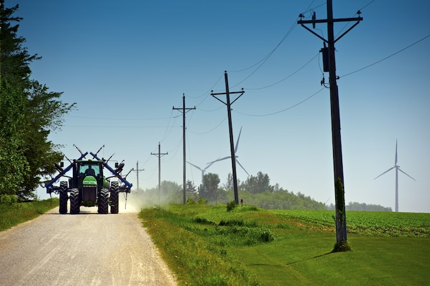 Фермер на пригородной дороге