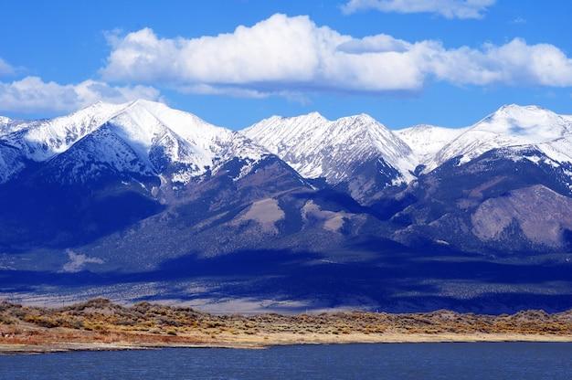 最初の山の雪コロラド州