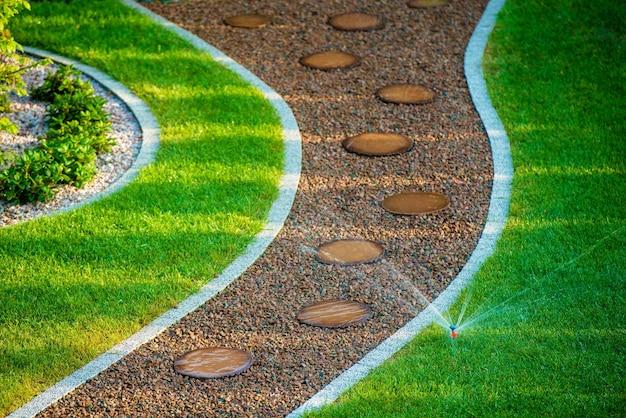 裏庭の芝生スプリンクラー