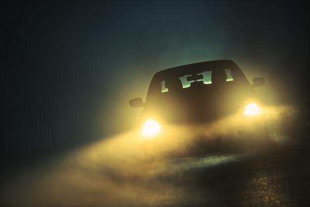 霧の中での自動車運転