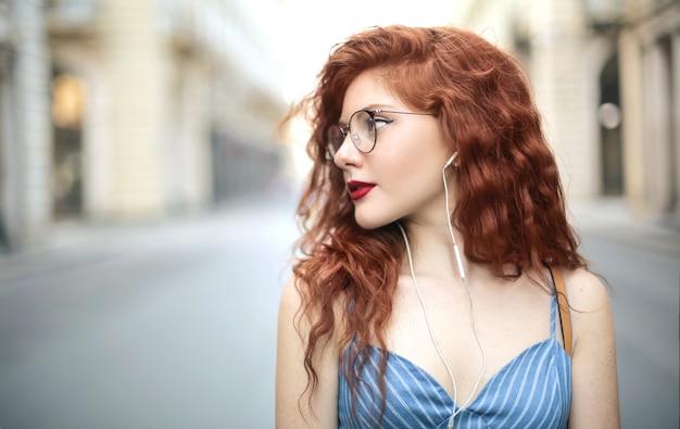 音楽を聴きながら通りを歩いて美しい少女の肖像画