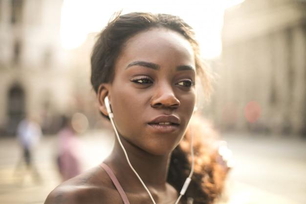 Портрет красивой женщины прослушивания музыки с наушниками