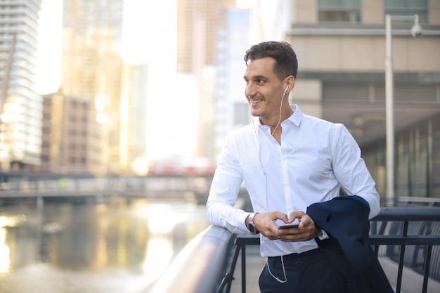 Бизнесмен с вызовом во время прогулки по улице
