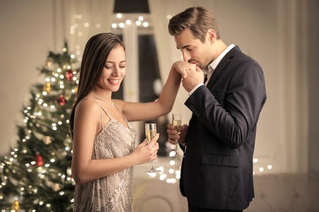 クリスマスを祝うロマンチックなカップル