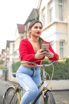 住宅街で自転車に乗る女の子