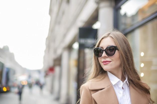 通りを歩いて、笑顔の美しい女性