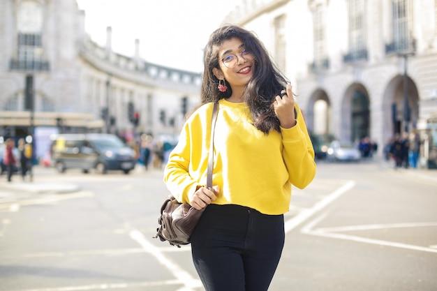 ロンドンの通りでポーズ美しい女性
