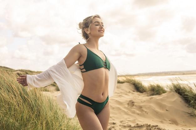 ビーチで風を楽しんでいる美しい少女
