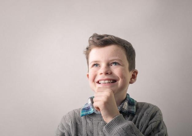 Умный ребенок думает о новой идее
