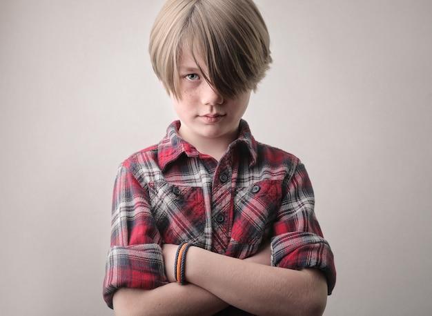 怒っている男の子の肖像画