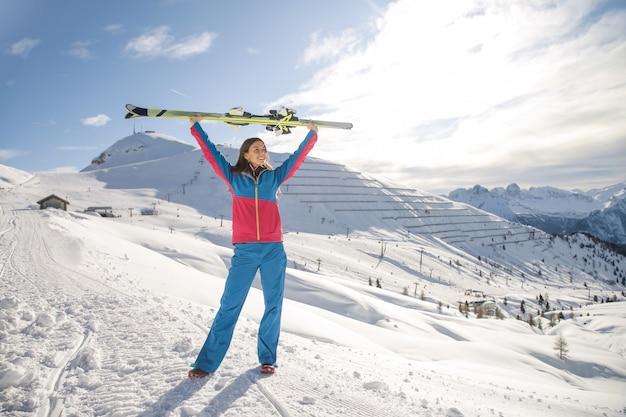 Женщина катается на лыжах в горах