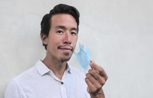 顔のマスクを身に着けている中国の実業家