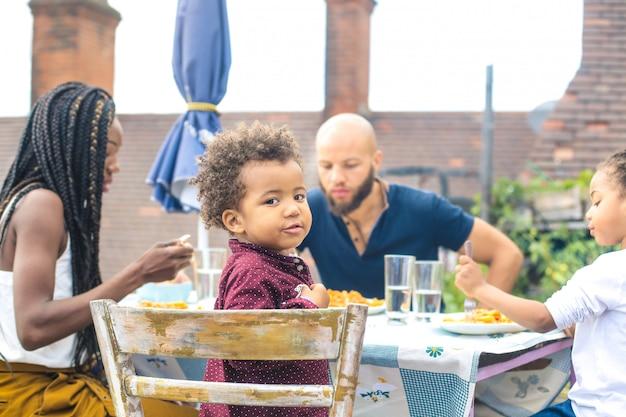 テラスで昼食をとった美しい家族