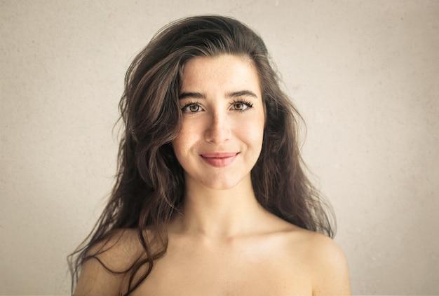 Портрет красивой девушки улыбаются