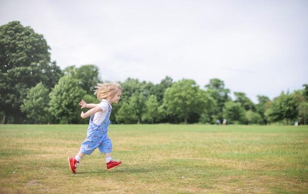 快活なフィールドで走っている少年