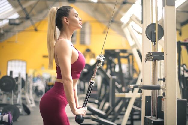 ジムで体操をしている美しい女性