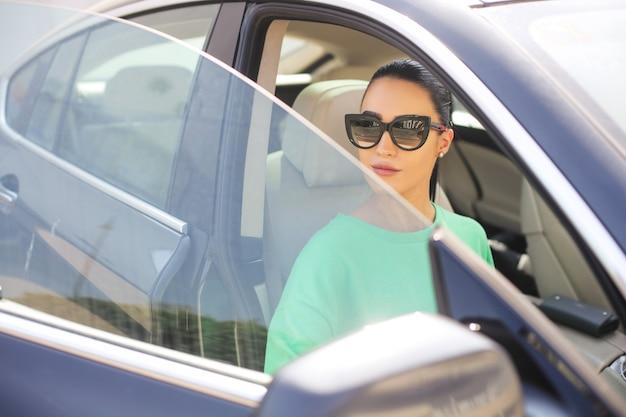 Красивая женщина сидит в машине