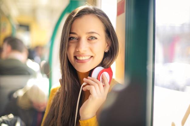 Веселая девушка на автобусе