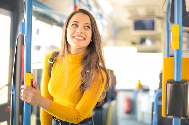 バスで旅行する女の子