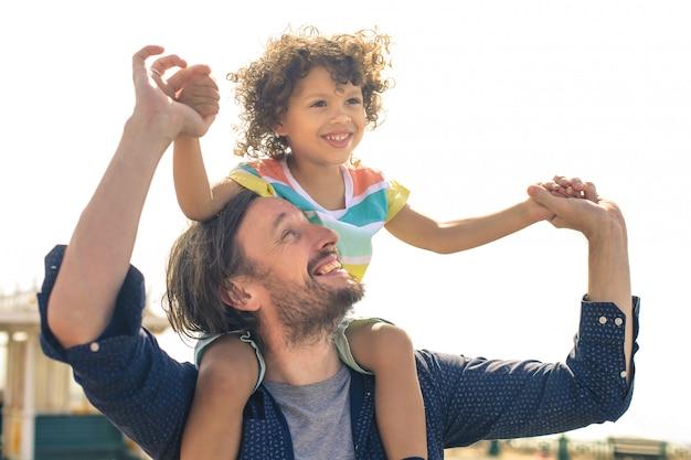 Отец и сын играют и веселятся на улице
