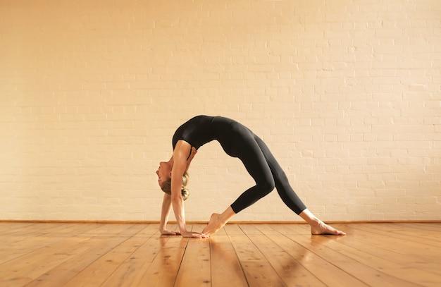 Девушка растягивается, попадая в позу йоги