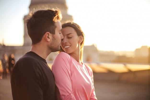 Прекрасная пара на романтическое свидание на крыше