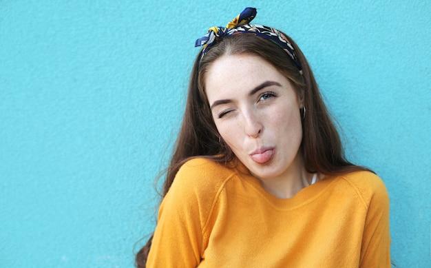 舌を突き出して甘い女の子
