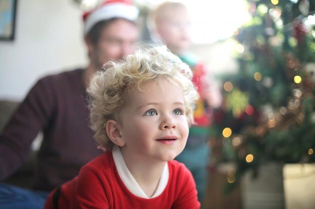 Красивый ребенок ждет своего рождественского подарка