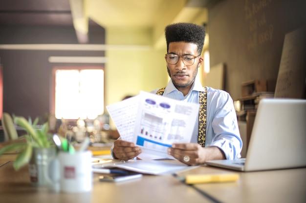 彼のオフィスからプロジェクトに取り組んでいる実業家