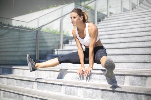 通りでトレーニング強い女性