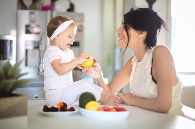 彼女の赤ちゃんにリンゴを与えて甘いママ