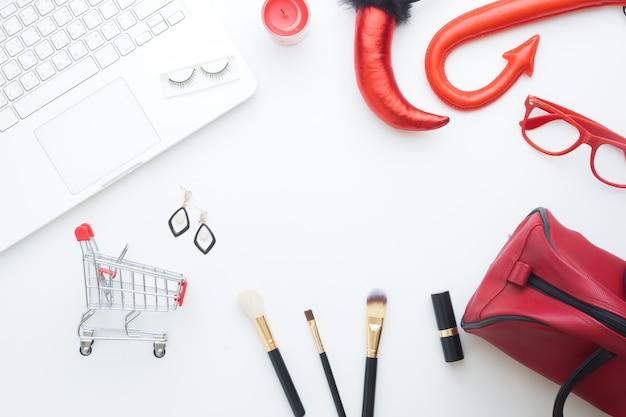 クリエイティブなレイアウトのハロウィン美しさオンラインショッピングコンセプトの白い背景