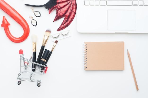 クリエイティブなレイアウトのハロウィーンとショッピングコンセプトの白い背景