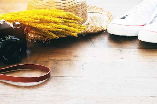 カメラ、靴、乾燥した花の麦わら帽子、秋のライフスタイルのコンセプト