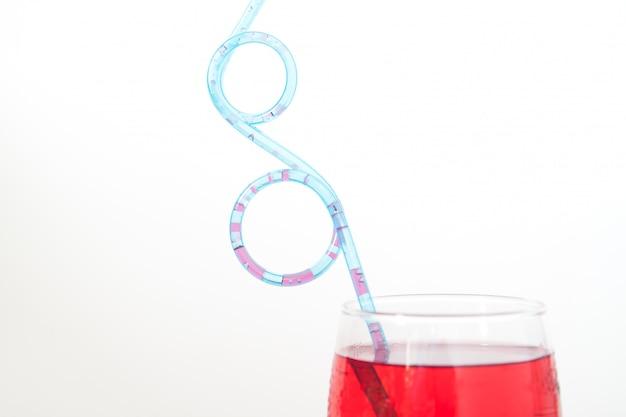 赤色のカクテル、ガラス、デザイン、青、わら
