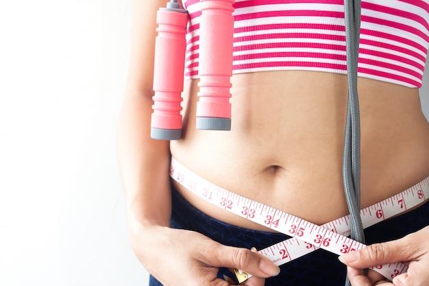 彼女の体を測定する女性