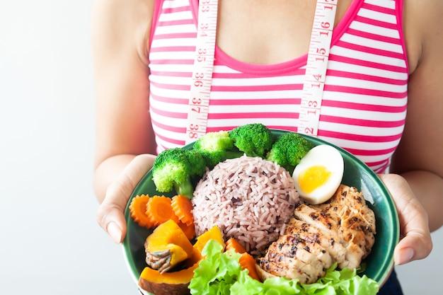 健康的な食事を持つダイエットの女性