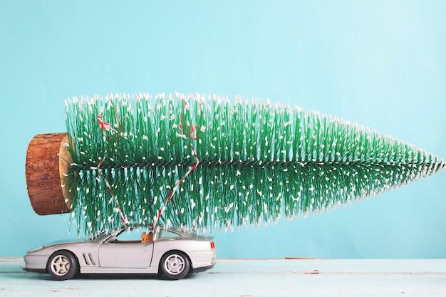 Рождественская елка на игрушке спортивного автомобиля, матовый цветной фильтр