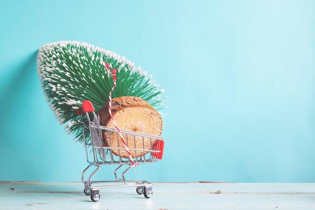Рождественская елка в торговой тележке, концепция рождественских праздников