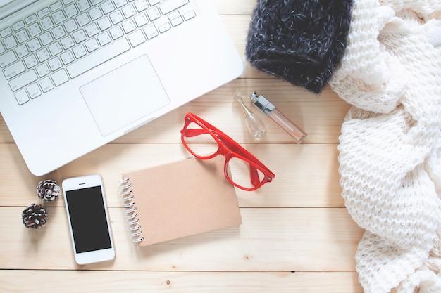 ショッピングとファッションコンセプト。木製テーブル上のスマートなアイテムを持つスタイリッシュな女性のアクセサリー。フラットレイ